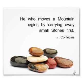 """h """"il qui déplace une montagne… """"(Confucius) Impression Photo"""