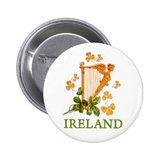 Harpe irlandaise d'or avec les shamrocks d'or et v badge