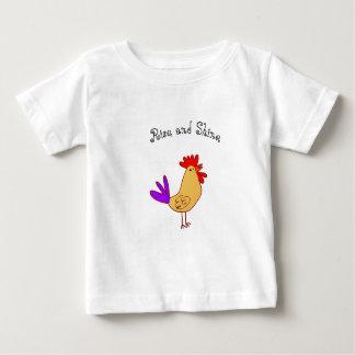 Hausse et éclat de T-shirt de bébé