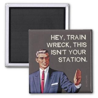 Hé, l'épave de train, ceci n'est pas votre station magnet carré
