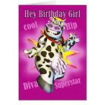Hé vache mignonne à fille d'anniversaire posant la carte de vœux