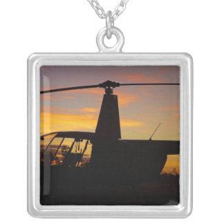 Hélicoptère de Robinson R44 au coucher du soleil Pendentif Carré