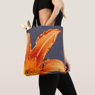 Hémérocalle excentrée avec le sac fourre-tout à
