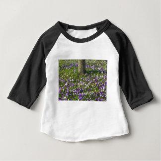 Herbe de crocus de gisement de fleurs au printemps t-shirt pour bébé