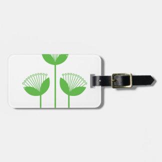 Herbe verte tirée par la main maintenant sur des étiquette pour bagages