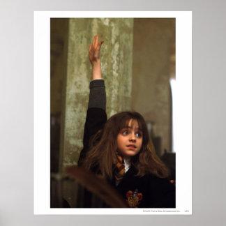 Hermione soulève sa main poster