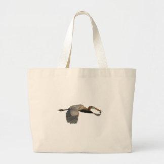 héron avec des poissons sacs