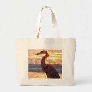 Héron de grand bleu au coucher du soleil grand sac