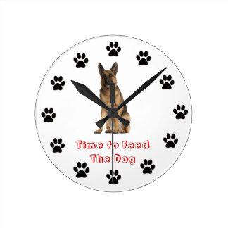 Heure d'alimenter au chien le berger allemand horloge murale