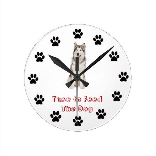 Heure d'alimenter au chien le Malamute d'Alaska Pendules Murales