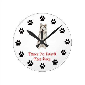 Heure d'alimenter au chien le Malamute d'Alaska Horloge Ronde