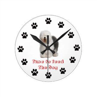 Heure d'alimenter au chien le vieux chien de mouto pendule