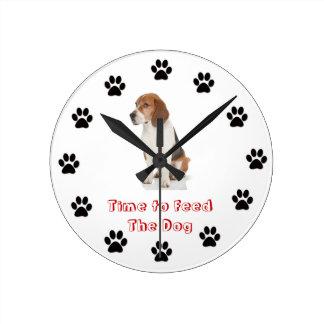 Heure d'alimenter le beagle de chien horloge ronde
