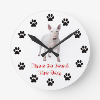 Heure d'alimenter le bull-terrier de chien pendules
