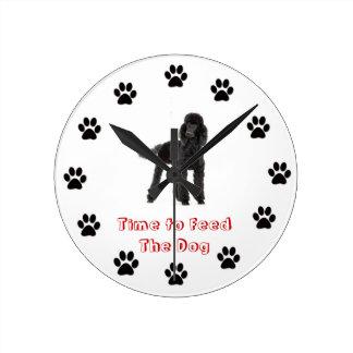 Heure d'alimenter le caniche de chien pendule murale