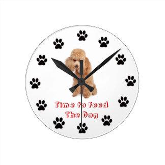 Heure d'alimenter le caniche de jouet de chien horloges