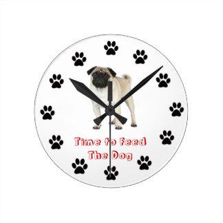 Heure d'alimenter le carlin de chien horloge