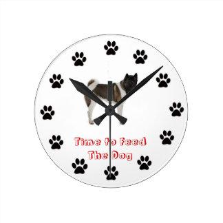 Heure d'alimenter le chien Akita Horloge Ronde