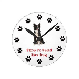 Heure d'alimenter le chien border collie horloge ronde