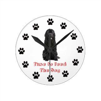 Heure d'alimenter le chien Terre-Neuve Horloge Ronde