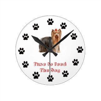 Heure d'alimenter le chien Yorkshire Terrier Horloges Murales