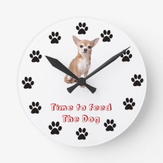 Heure d'alimenter le chiwawa de chien horloges