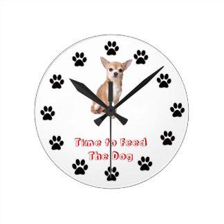 Heure d'alimenter le chiwawa de chien horloge ronde