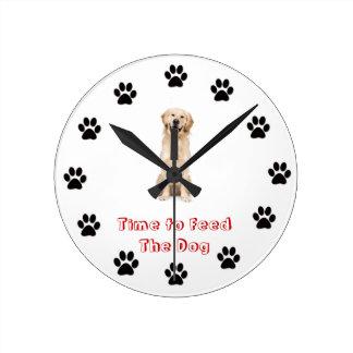 Heure d'alimenter le golden retriever de chien horloges