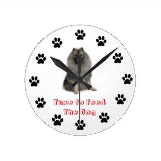 Heure d'alimenter le keeshond d'horloge de chien horloge ronde
