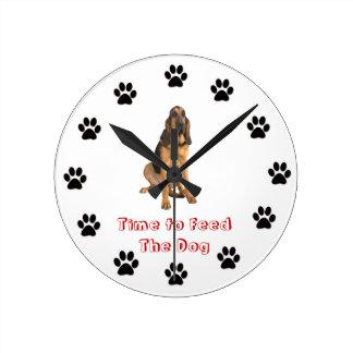 Heure d'alimenter le limier de chien horloge ronde