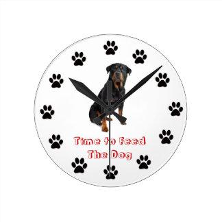 Heure d'alimenter le rottweiler de chien pendule