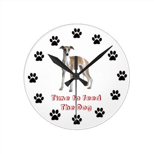Heure d'alimenter le whippet de chien pendules murales