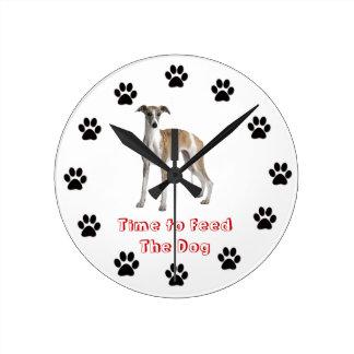 Heure d'alimenter le whippet de chien horloge ronde