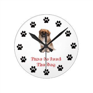 Heure d'alimenter l'épagneul de Tibétain de chien Pendules Murales