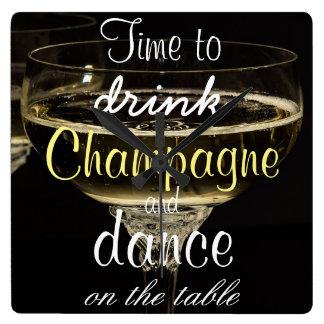 Heure de boire le champagne et la danse sur la horloge carrée