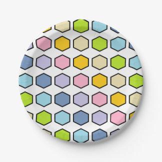 Hexagones en pastel d'arc-en-ciel décrits par noir assiettes en papier
