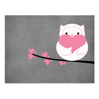 Hibou avec la carte postale de coeurs