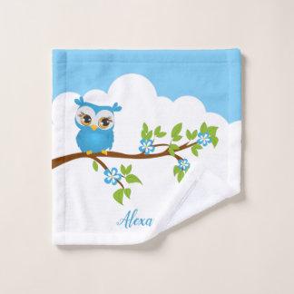 Hibou bleu mignon sur une branche