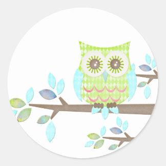 Hibou lumineux de yeux dans l'arbre sticker rond