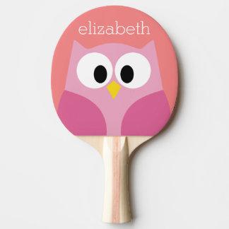 Hibou mignon de bande dessinée dans le rose et le raquette tennis de table
