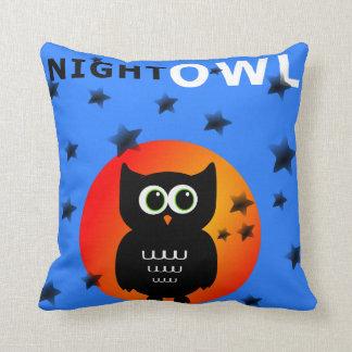 Hibou noir lunatique se reposant sur la lune coussin décoratif
