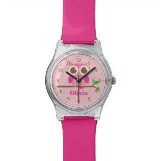 Hibou rose mignon sur la montre de nom de filles