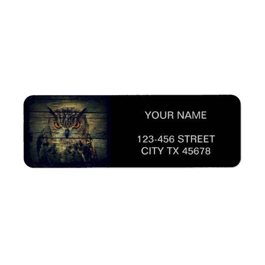 Hibou sauvage rustique sur l'arrière - plan de bar étiquette d'adresse retour