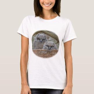 Hiboux de bébé dans un nid de panier en osier t-shirt