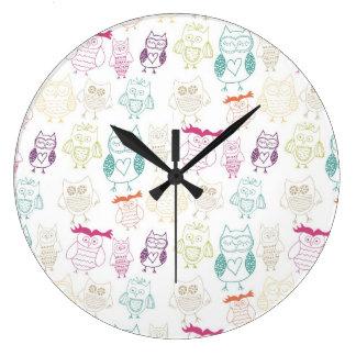 Hiboux multicolores de griffonnage grande horloge ronde