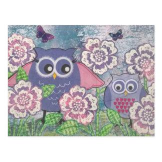 Hiboux parmi la carte postale de fleurs