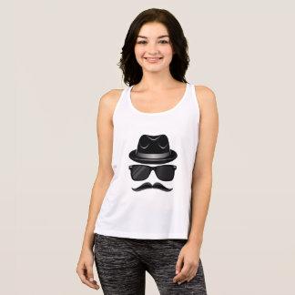 Hippie frais avec la moustache, le casquette et débardeur