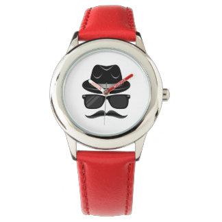 Hippie frais avec la moustache, le casquette et montres
