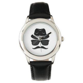 Hippie frais avec la moustache, le casquette et montres bracelet