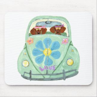 Hippies de teckel dans leur mobile d'amour de tapis de souris